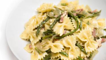 Pasta salad with farfalle and pancetta